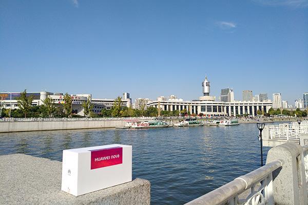 蓝天,河水以及近处的华为nova包装盒都被准确还原,天气晴朗的时候更让图片