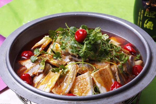 美食 正文  东北白肉火锅可以算是标准的北方式火锅了.
