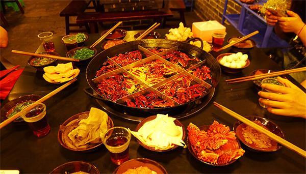 内蒙大草原最不缺的就是火锅菜品了!重庆火锅到了这里如鱼得水啊!