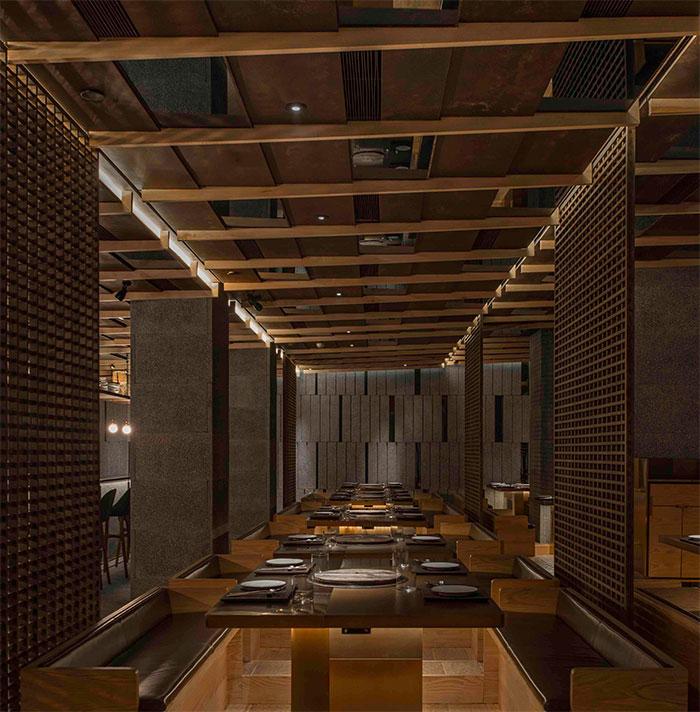 周围的墙壁上,排列整齐的木条装饰在灯光下形成了一种微妙的光影效果