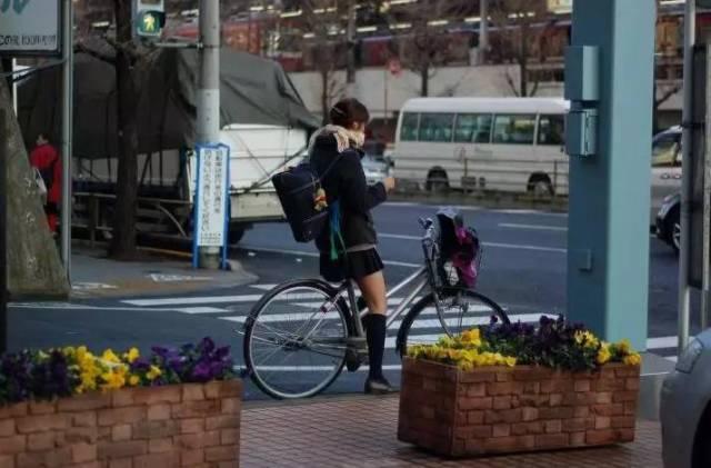 日本姑娘为何能穿超短裙图片