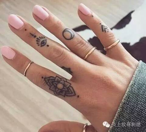 手指上的纹身