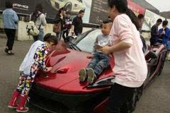 保时捷被小孩用油漆涂鸦,车主抓住后的做法让人赞