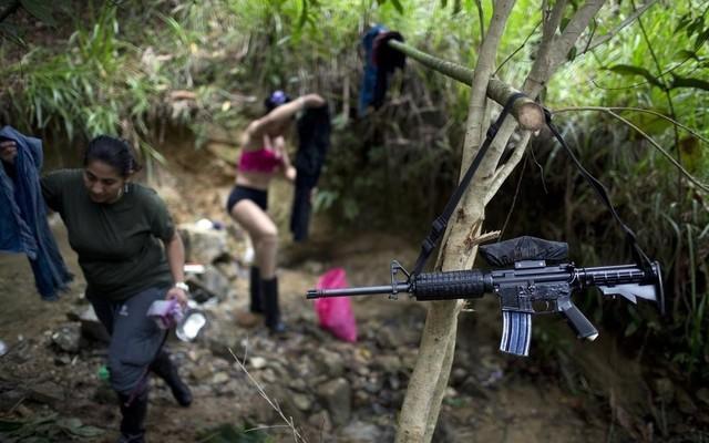 妙龄少女加入军队 与男兵共浴图片