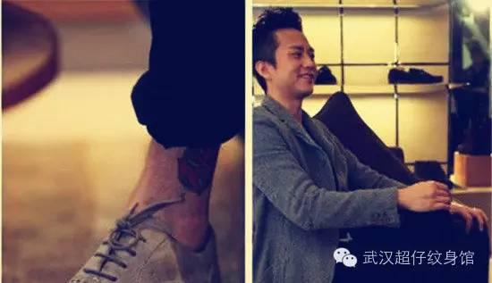 邓超左脚踝处有一个小太阳图案的纹身.