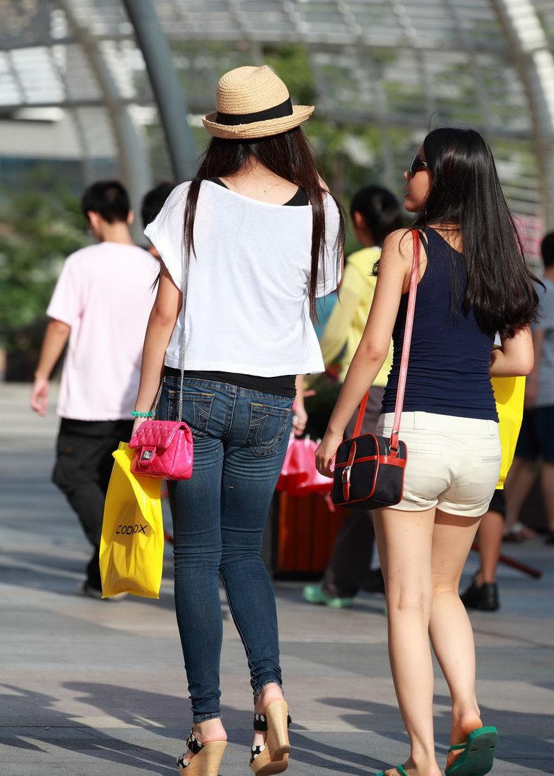 文化广场街拍的牛仔裤美女图片