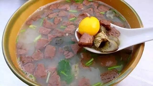 去开封游玩之余,必要喝一碗鸡血汤,再配上开封独有的灌汤小笼包,绝对