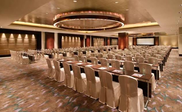 640 平方米的大型会议室,可容纳 200 人课桌会议图片