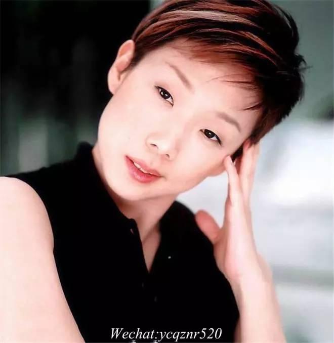 金莎去韩国整了一个单眼皮?为啥总跟眼皮过不
