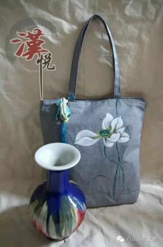 汉悦手绘工作室   画乡之窗   手绘艺术无处不在,手绘包包是当前流行的时尚元素,看过了大街上那么多漂亮的手绘包包,你想不想拥有呢?