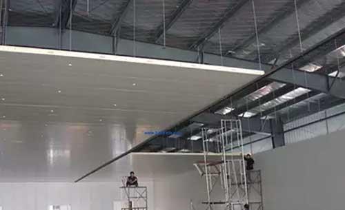 包角板的安装 所有冷库的包角板两边内侧同库板接触处打一道密封膏.图片