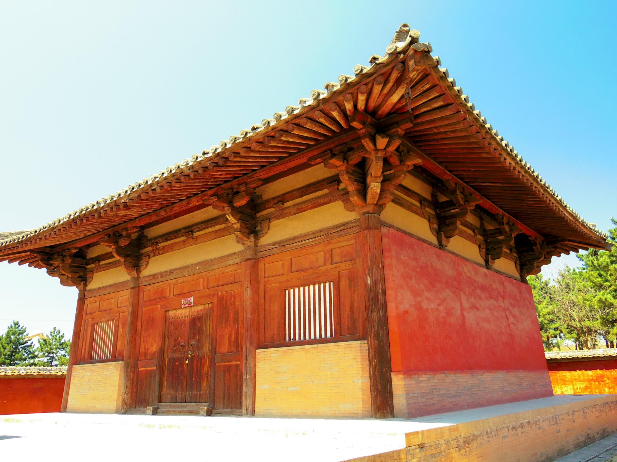 佛光寺位于山西省五台县佛光新村,是我国早期木结构建筑的典范之作。寺院的唐代建筑、雕塑、壁画、题记,并称四绝。正殿东大殿塑像、斗拱、梁架、藻井以及雕花的柱础显示了晚唐时期的特点,至今保持原有风貌,梁思成形容其为国内古建筑的第一瑰宝,也是我国封建文化遗产中最可珍贵的一件东西。 佛光寺因距离五台山中心区六十华里许,被当地人称为台外寺。它曾经是五台山著名的寺院,由于地处偏僻,不在当年战火纷飞的战场中心,及如今猎奇一游的观光客视野之内,故而主殿自唐代建造起,保留至今尚未翻新,虽然难免略显老态,却是五台山