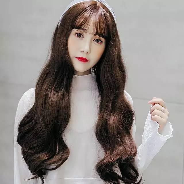 这种中长款的齐刘海直发最合适萌妹子了,有点日系的感觉,刘海属于图片