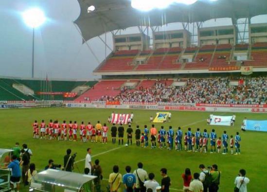 中国足球想崛起还早,专业球场被拿来打橄榄球