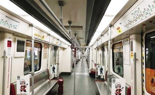 专列内贴有主题贴画. 通讯员供图-消防主题地铁专列 首发广州地铁