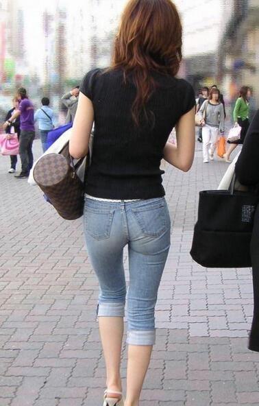 美女紧身裤凸露凹沟