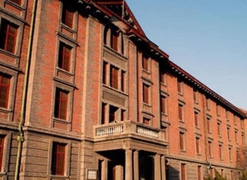 整座建筑通体用红砖砌筑,红瓦铺顶,故名