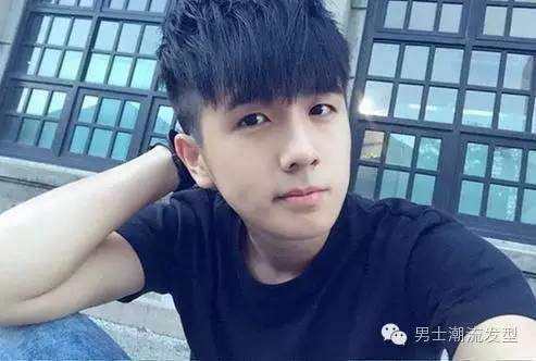 6种放荡不羁的男生发型二:这款男生发型是刘海剪的很漂亮,把两边剃掉图片