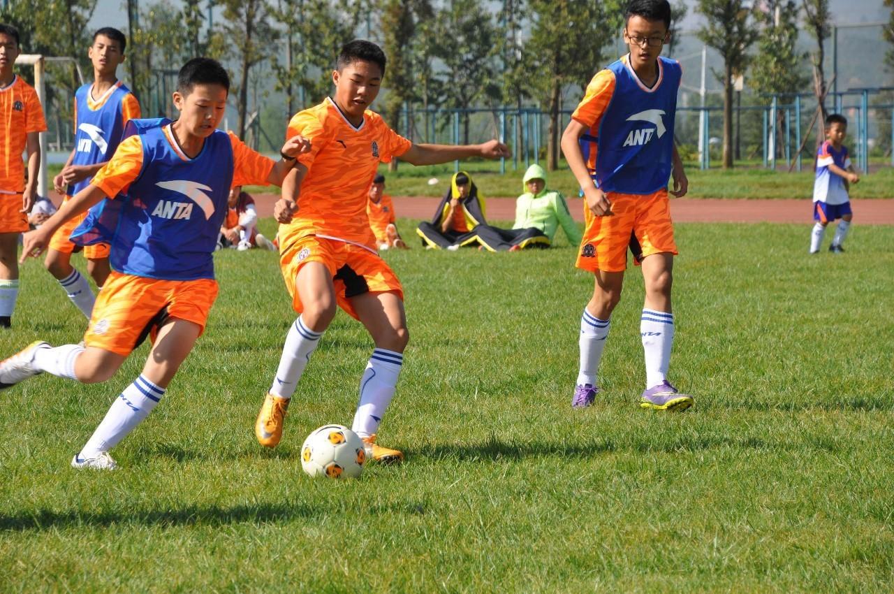 每年中小学足球既有全国性的比赛,也有县级和地区级的比赛。这种假期组织的集训与比赛,已成为检验训练成果及丰富假期生活的一种方法。在有条件的地区,大学的足球选手还定期到各中小学业余足球俱乐部开展指导与训练。这种对口联系的方法,不仅帮助中小学足球俱乐部更好地开展训练,而且为大学足球选手的社会实践提供了机会。 2 韩国:在学校培养足球小将 韩国设立了足球金字塔,共有五级。第一级是小学,由13岁以下的年龄组组成;然后是中学,即16岁以下年龄组;之后高中,即19岁以下年龄组,到了大学,由23岁以下年龄组组成;最顶级的