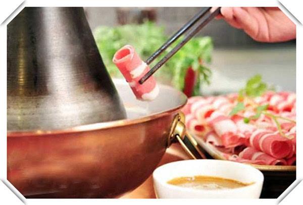 我说的这个可不是拿铜盆做的火锅,那叫重庆火锅,正宗的老北京涮羊肉