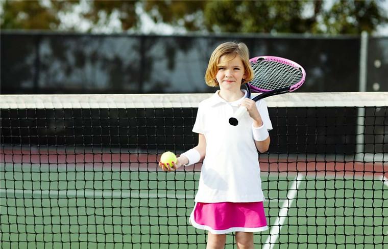 打网球的好处与注意事项