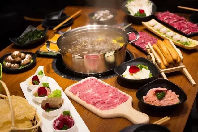 一口气点了一整桌美味,摆盘精致,每一种菜品全都有不同的容器来装盘