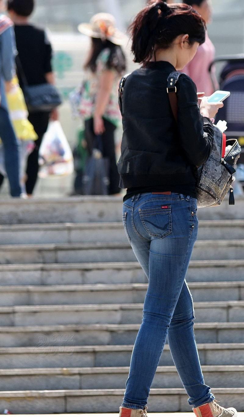 街拍紧身牛仔裤美女后面图片