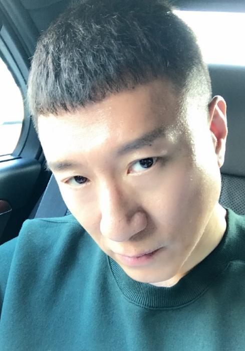 孙红雷晒自拍 大哥上线眼神犀利:有不服的吗
