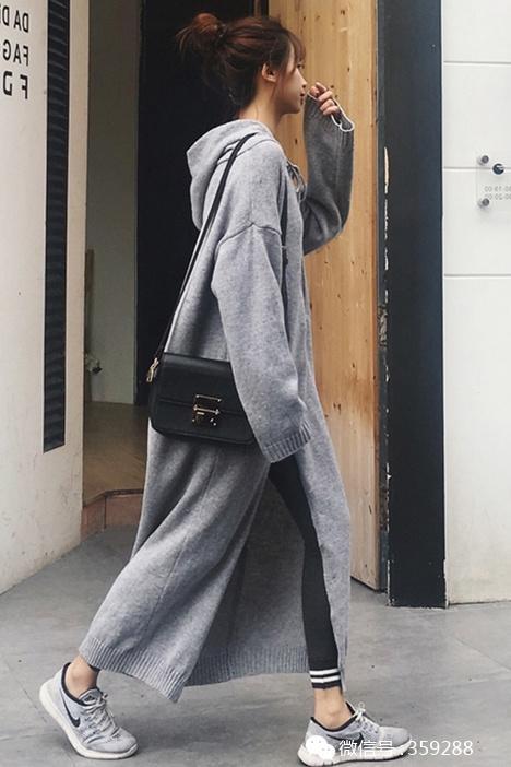青春活力套装,短款上衣+格纹蓬蓬半裙,上身俏皮活力,灵气十足;  图片
