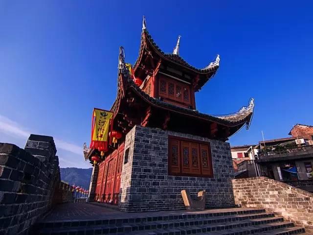 古城墙上的砖木结构城门楼具有很强的年代感