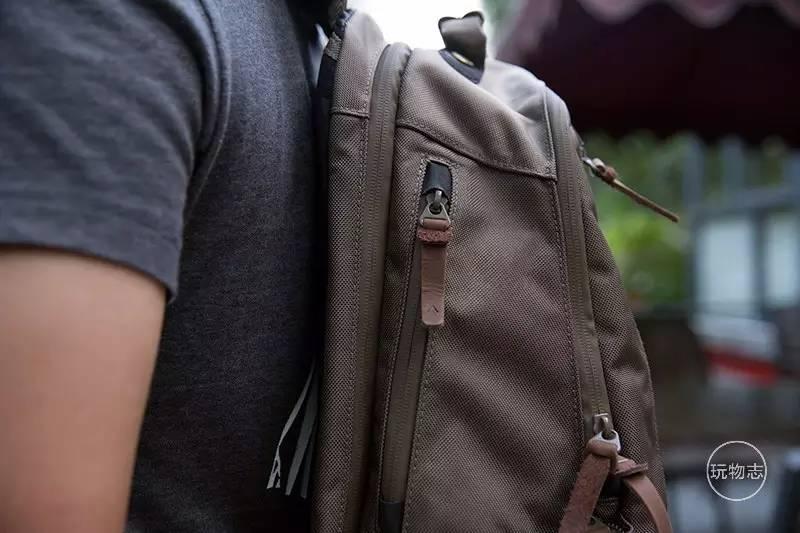 包包在拉链头的位置还采用了进口橡胶做好保护工作