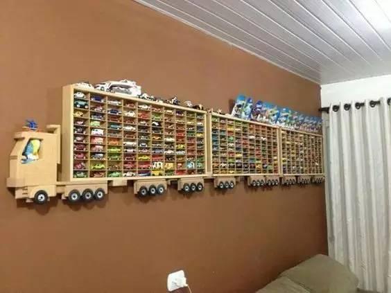 幼儿园,只要家里有男孩子的肯定有好多小汽车玩具吧