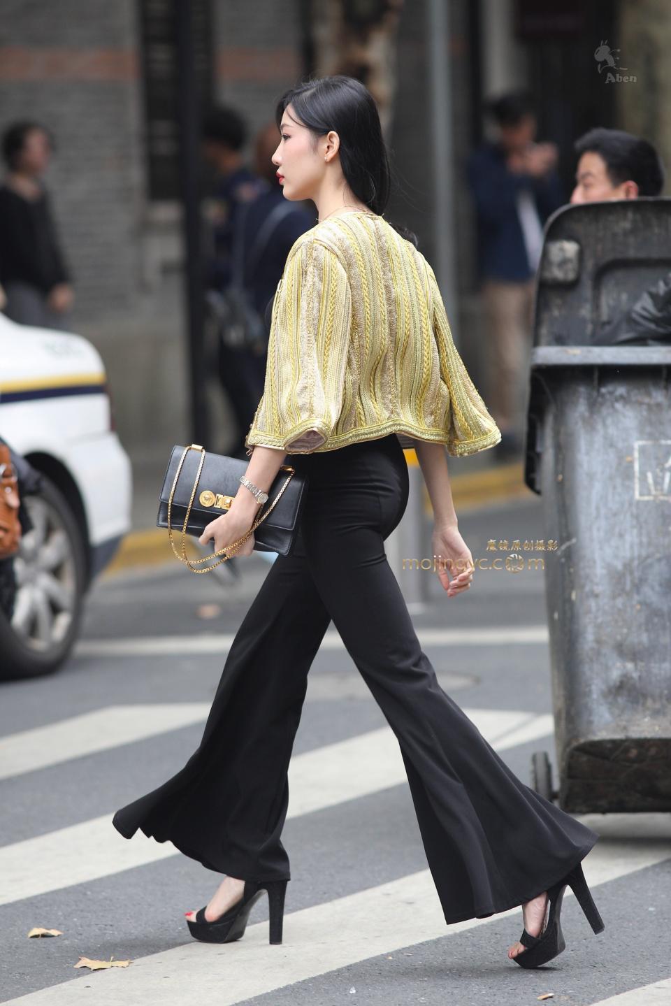 街拍:美女惊现性感级大女神,喇叭裤丰腴景区外大美女图片