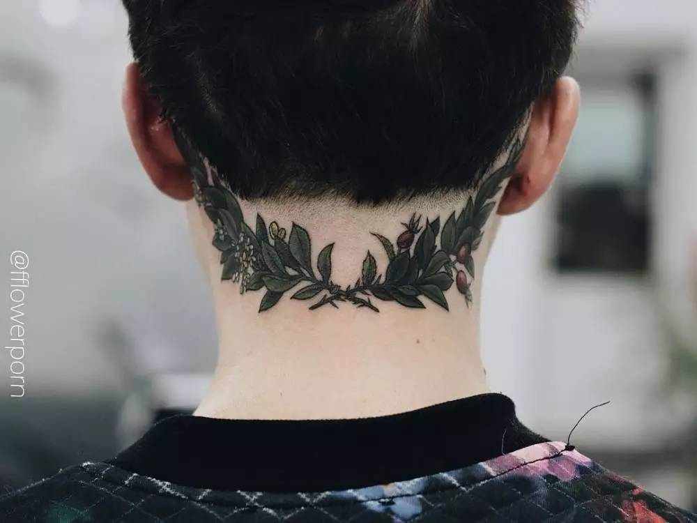 疼痛指数: 句子或者细长型的线条纹身, 很多都会选择纹在脊椎部位