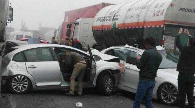 图:多车连环追尾事故现场