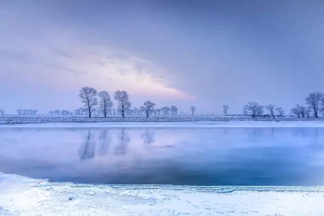 风吹拂而成_树形奇特,沿江的垂柳挂满了洁白晶莹的霜花,江风吹拂,银丝闪烁.
