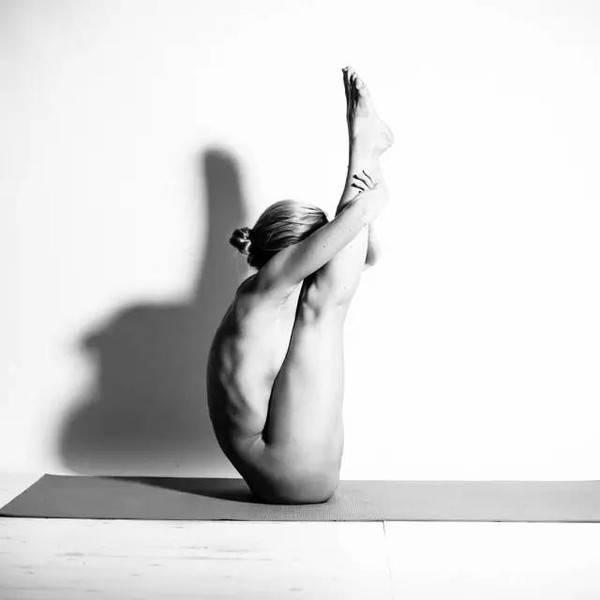 今日炫图 月吸10万粉 25岁姑娘瑜伽裸照走红网络