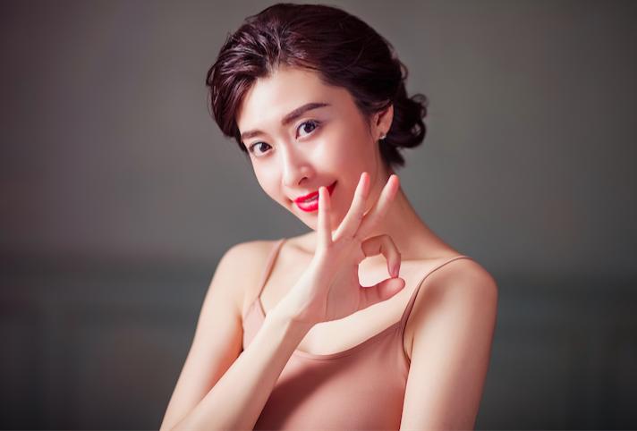大多数中国女性都过分注重化妆带来的美颜效果,但在中国男士更喜欢素颜还是化妆的调查中显示,高达79.2%的男士喜欢女性素颜,仅20.8%的男士喜欢妆后女性。而长期化妆会带来多重皮肤问题,如:皮肤干燥缺水,暗哑,细纹,松弛都影响了女生素颜后的颜值,其实中国女性在护肤消费上并不吝啬,但大都是病急乱投医。专家建议女性应该根据自己的实际情况购买适合的产品,价格昂贵的护肤品再多也是治标不治本,胡乱的涂抹一番没有抓住护肤重点反而浪费了金钱和时间,错过了对肌肤修复的黄金时间。而当今欧美女性更青睐的是一种高科技护肤