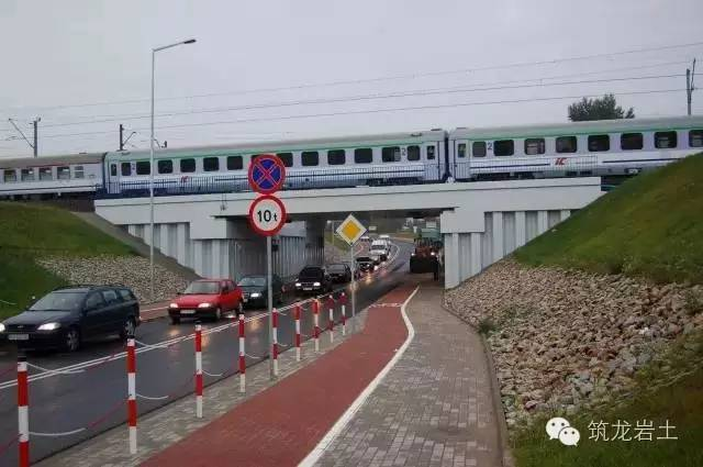 az型钢板桩也可用于铁路,高速路立交桥和车库的永久荷载支撑结构.