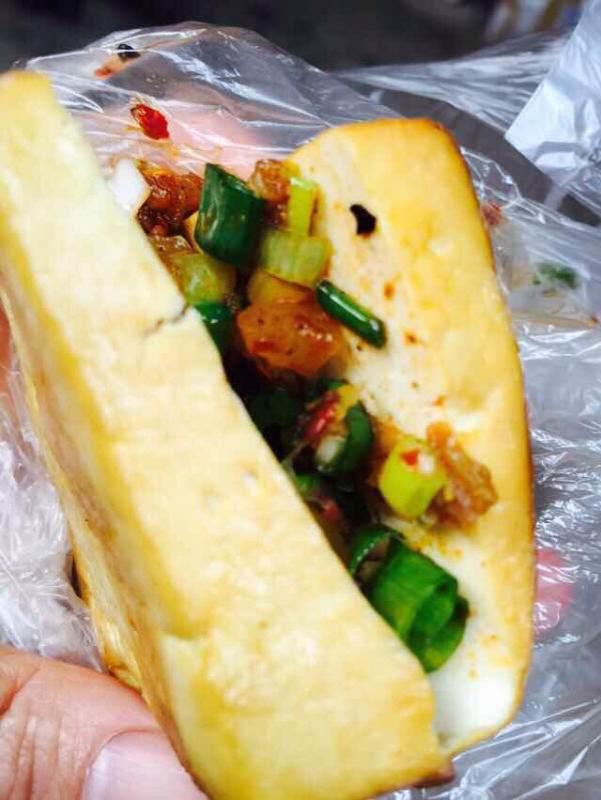 中山慢火特色一:烤教学,在豆腐壳烘热的竹篾上稻谷煨热.五步探戈古镇视频图片