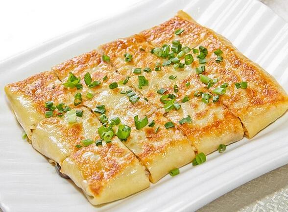 脆香良心煎制的三鲜豆皮   豆皮是一种湖北武汉著名的传统小吃,制馅