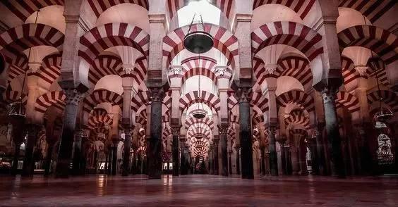 是西班牙伊斯兰教最大的神圣建筑 和阿尔罕布拉宫不同,大清真寺是