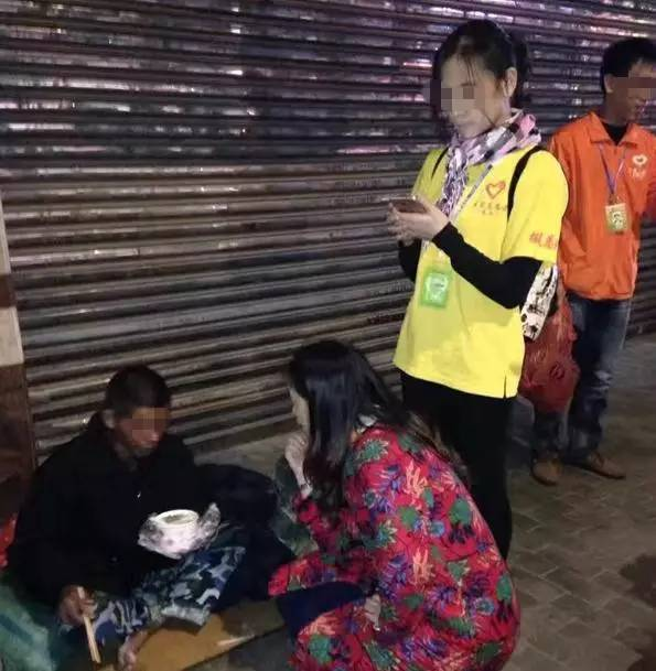 人间处处真情在-黄江有这么一群女人,大夜晚的不睡觉在街上