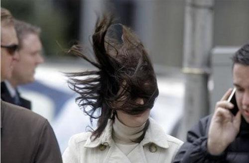 生活在北方的妹纸们也要时刻担心被大风吹毁的发型.