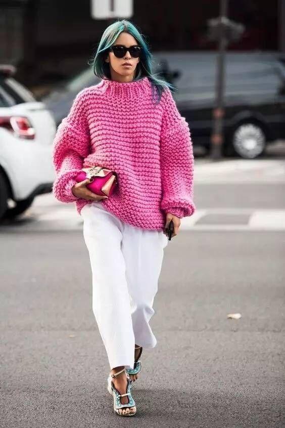 简约的oversize针织衫搭配白色的休闲裤,遮肉又显瘦,时尚感倍足