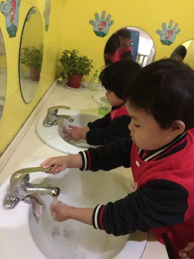 """卫生习惯;同时预防传染病,教师带领孩子们一起唱 """"洗手歌""""、""""漱"""