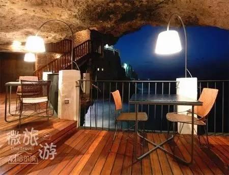 粗狂的岩石洞穴与充满现代气息的装修风格相互融合,冲突而又和谐.