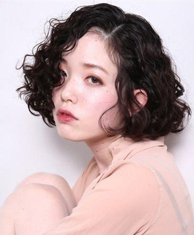 这一款少发量女生斜分刘海利落螺旋烫短发发式,女孩子稀疏的柔软发丝图片