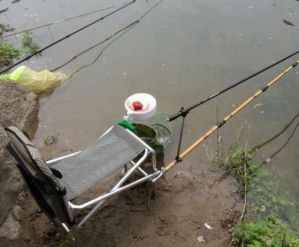 钓鱼回来的路上,就碰上了他们,一个人打不过!