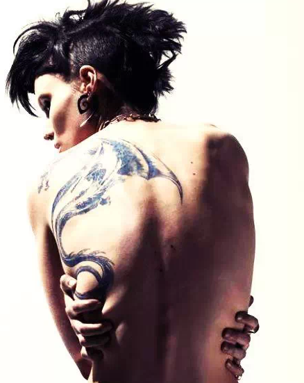 """一位资深的纹身师傅以前对客人形容纹身的痛""""就像被猫爪子或者一把"""